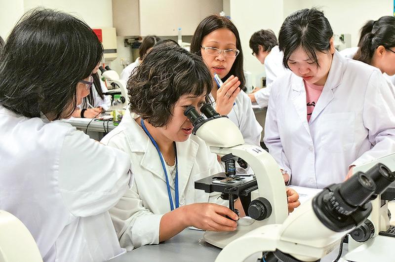 香港大學專業進修學院中醫藥學學部開辦的「中藥配劑」三階段課程,多年來吸引了很多在職的中藥從業員或希望透過進修轉型的人士修讀,期望能早着中醫藥發展先機。