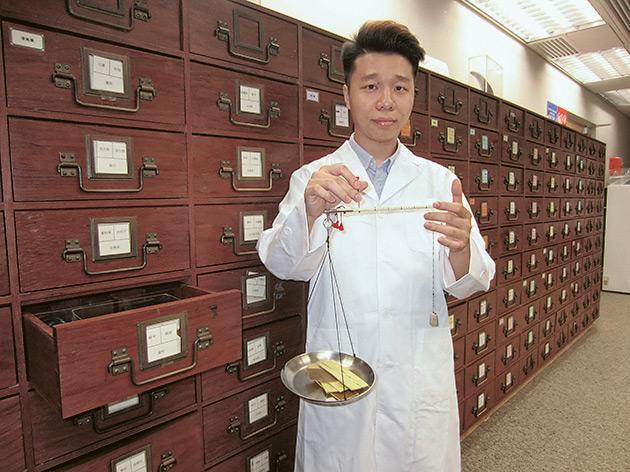 黃耀龍 - 由會計轉戰中藥配劑員 從低起步抓緊進修、確立事業方向