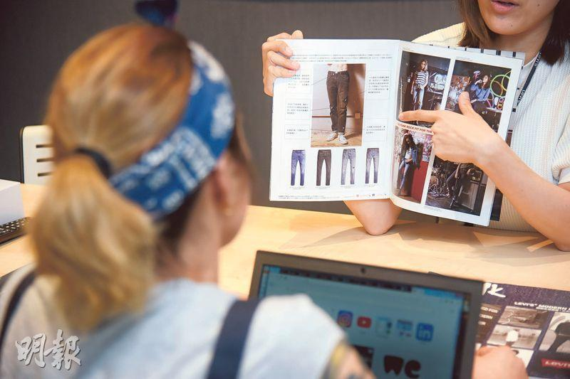 細數當年——訪問當天Tania回到舊公司,同事拿出一疊舊時尚雜誌,細數當年拍攝工作點滴。(黃志東攝)