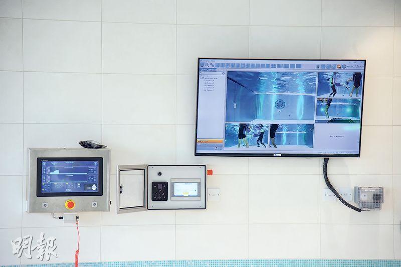水療池設有5個水底攝錄機,可實時記錄兒童接受水療的情况。水池亦有LED燈,有助兒童放鬆肌肉及心情。(黃志東攝)