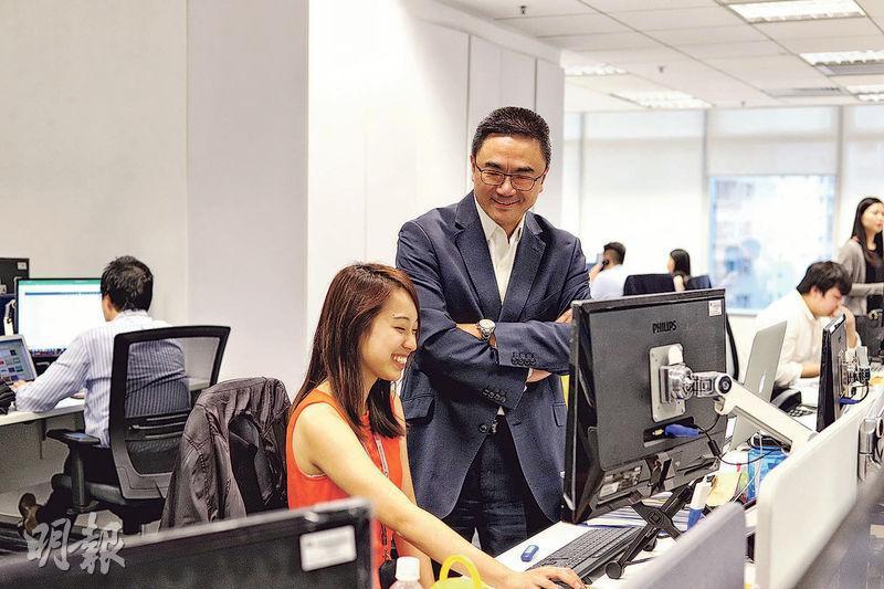 與時並進——九十後員工Megan(前左)指,Eric(前右)跟傳統的上司非常不同,常跟年輕人保持溝通,了解新一代對不同事物的看法。(曾憲宗攝)