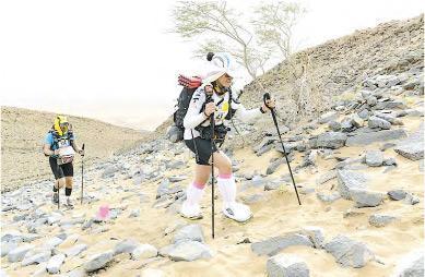 無比毅力——看看Selina這一身行裝,今年四月時在六天內完成237公里沙馬(Marathon des Sables賽事),難怪有人形容這是地球上以雙腳參與的最艱苦賽事。(受訪者提供)