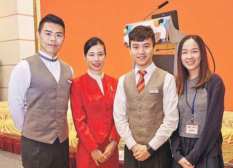 左起:國泰港龍機艙事務長潘智林、國泰機艙服務員賴楚鈴、國泰客戶服務主任李俊傑,以及來自環球客戶服務中心的國泰客戶聯絡主任林淑怡。