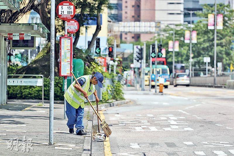 綠色和平項目主任李逸燊表示,現時有不少在戶外工作的清潔工人都是自己購置防曬帽,各適其適。他認為僱主必須提供防曬裝備。(曾憲宗攝)