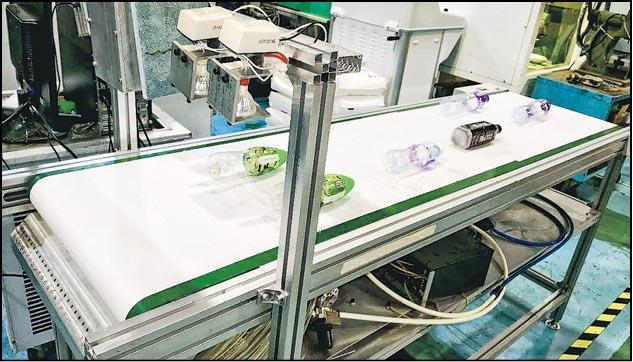 生產力促進局為本港回收業界度身訂做的智能膠樽分揀系統,利用「近紅外線光譜」原理自動為膠樽分類,準確度達95%,可節省三分之二人手。(生產力促進局提供)