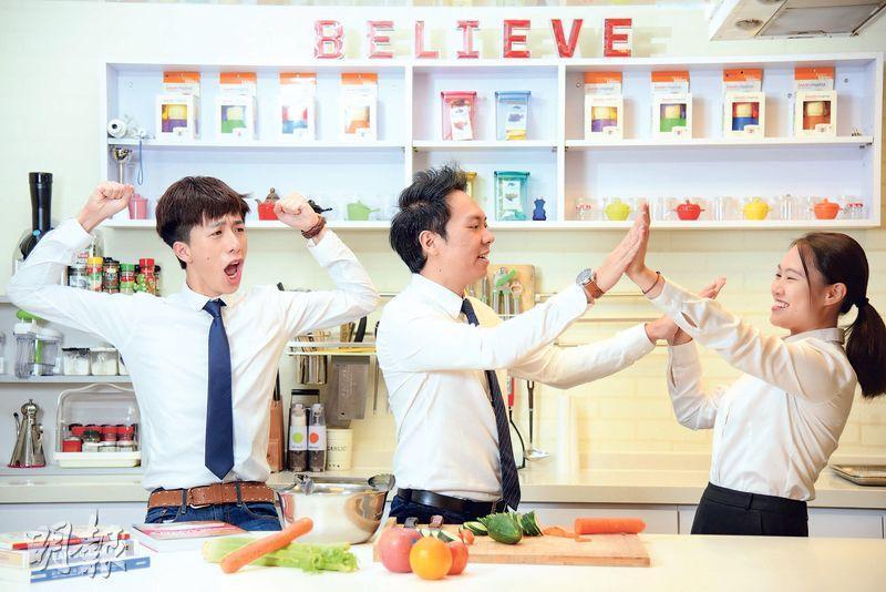 團隊合作——企業為建立員工的團隊精神,會安排不同類型的活動,其中一個新穎活動Culinary Team Building,就讓參加者模擬餐廳營運,學習團隊合作、時間管理和危機處理等技巧。(黃志東攝)