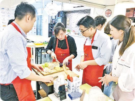 促進了解——Culinary Team Building活動中,每組的組長就是Master Chef,要穿上廚師服領導團隊完成任務。Kevin表示,不一定由上司擔當Master Chef,如上司下屬在活動中互換角色,反而可令雙方明白彼此工作上的處境,促進了解和溝通。(受訪者提供)