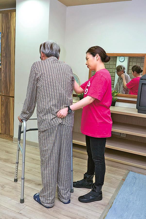 社區照顧服務最需要的是兼備多元技能的人員,既有護理、復康知識,亦要懂得照顧長者心理健康,如量血壓、洗傷口等,還要懂得運用各種工具協助長者日常生活,例如扶行用的四腳架、四腳叉等。