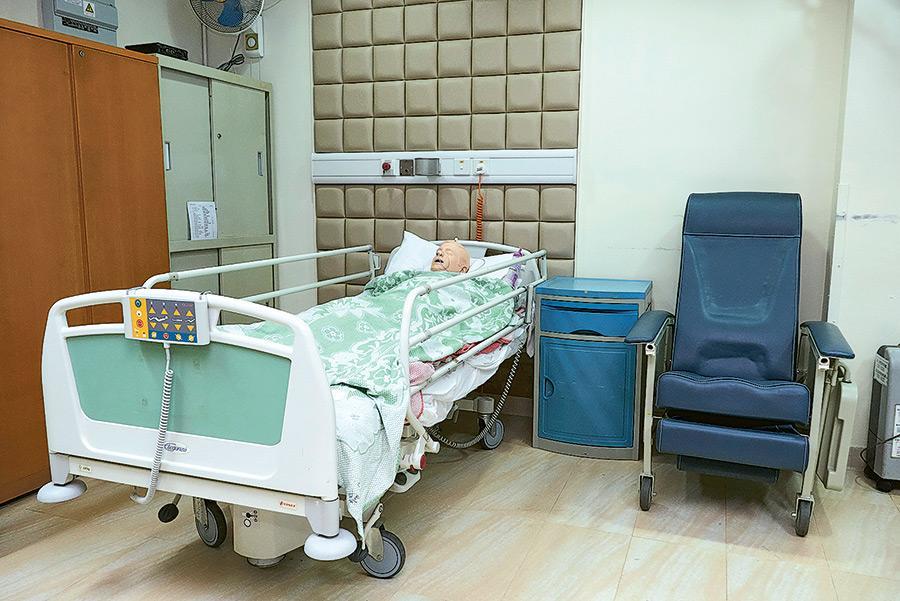護理實習室除了模擬醫院病房環境,並設有不同的醫院設備。