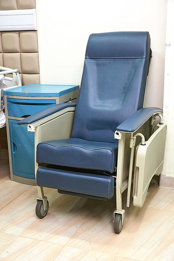 大班椅和安裝在浴缸旁可拉下之板凳,都是有助長者起居生活的設備。