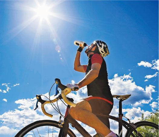定時補水——天熱時戶外活動,最好每15分鐘補充水分,有助身體散熱。(rcaucino@iStockphoto)