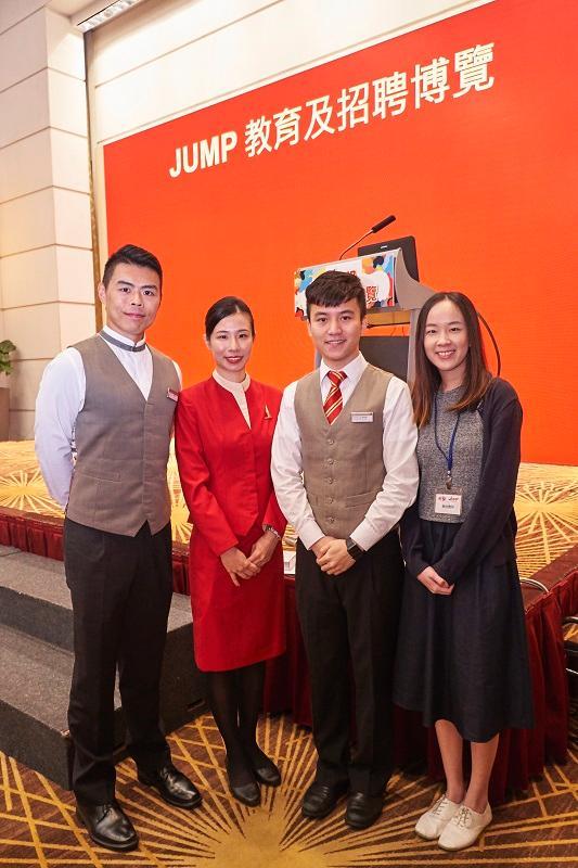 左起:國泰港龍航空機艙事務長潘智林、國泰航空機艙服務員賴楚鈴、國泰航空客戶服務主任李俊傑,以及來自環球客戶服務中心的國泰航空客戶聯絡主任林淑怡。