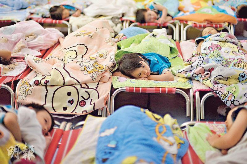 全日制或長全日制幼稚園幼兒留校時間長達8至10多小時,香港小童群益會樂緻幼稚園(將軍澳)會於午膳後安排1至2小時午睡時間,讓幼兒短暫休息後,再在下午參與活動。(鍾林枝攝)