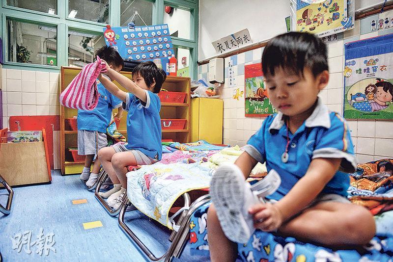 全日制幼稚園有午睡時間,幼童起牀後要自行摺被和執拾牀鋪,小至K1的3歲幼童已要學習自理,穿鞋亦毋須大人幫忙。(鍾林枝攝)