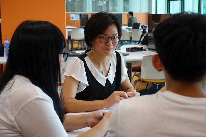 香港教育大學社會科學系副教授陳潔華博士(圖中)表示,通識教育尤其適合富好奇心、喜愛探索知識、關心身邊事物的人士修讀。