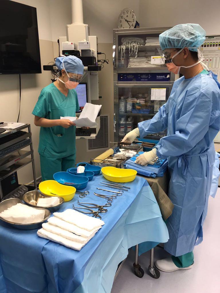 每次手術前後,擦手護士和流動護士也要一起「對數」,核實所有用完及未用的儀器和敷料 (如紗布) 數目,確保病人的安全。(相片由明愛醫院提供)