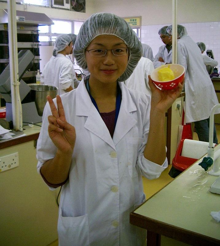 黃家穎 (Oriana)於修讀高級文憑課程期間,不時透過烹調食物的練習,了解食物的特性,圖為製作麵包產品的訓練。