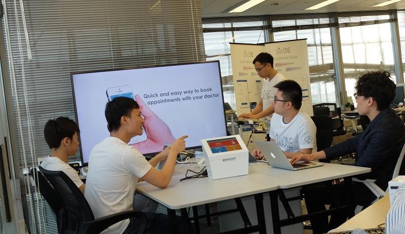 譚海杰和林振偉不時跟團隊開會,商討最新的方案。