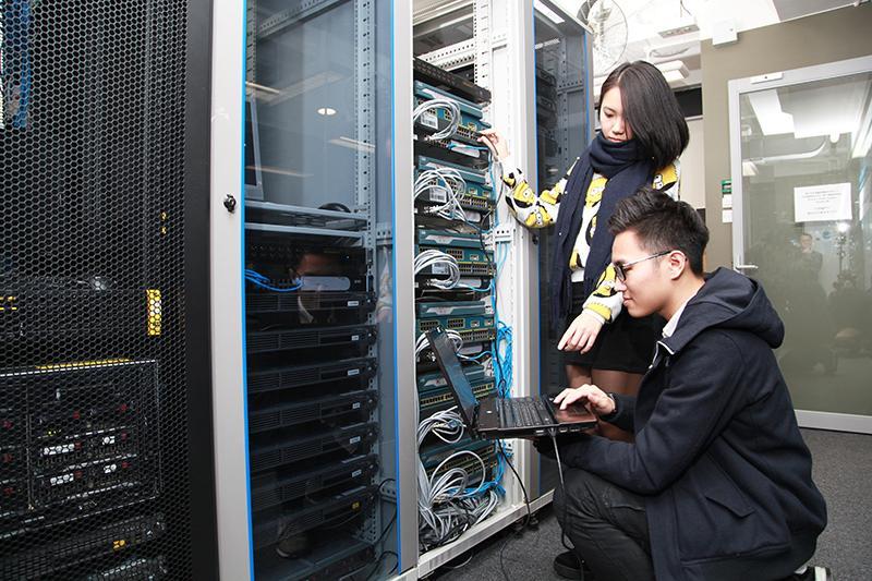 自發展雲端架構後,傳統IT的硬件需求將下跌,新一代的IT人如具相關認證,如 AWS Certified Solutions Architect - Associate 有一定優勢。(相片由IVE提供)