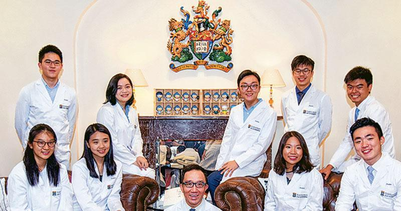 本周一(6日)聯招放榜,香港大學醫學院主動召開記者會,醫學院院長梁卓偉(前排中)與多名穿上醫科生袍的文憑試尖子會見傳媒,介紹學院包攬多名尖子入讀。梁當時被問到,今年經聯招取錄的學生是否佔學額的75%,他無直接回應,亦未有透露數字。港大醫學院至昨日也沒有提供相關資料。(黃志東攝)