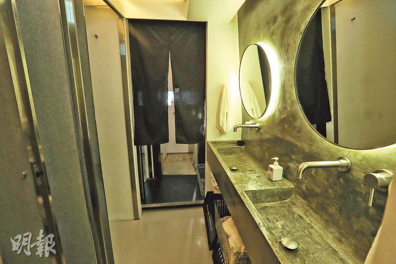 眠舍首店設有2個洗手間、2個浴室、2個洗手盆,浴室及洗手間與牀位的比例是1比4。(攝影 李紹昌)
