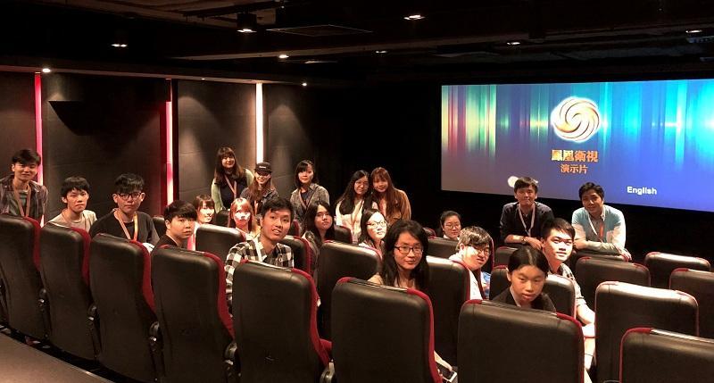 師生到訪香港鳳凰衛視總部,從中認識電視新聞的製作流程,參觀錄影棚及後期製作中心,親身感受電視台的工作環境及氛圍。