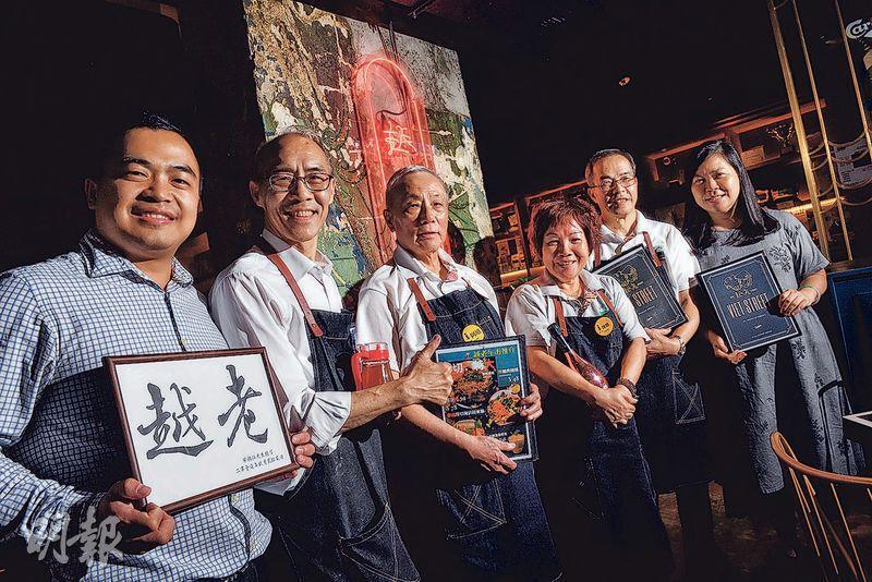 銀杏館行政總裁麥敏媚(右一)帶領銀杏館「越老」餐廳一班長者團隊,推介他們提供的越南美食。(劉焌陶攝)
