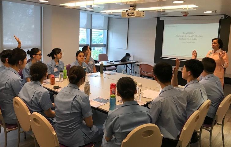 學生到醫院進行臨牀學習時,表現投入和認真。