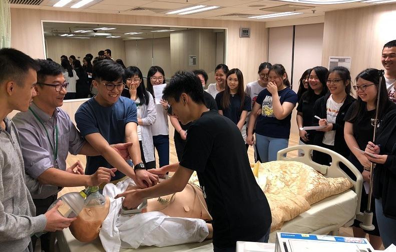 在工作坊中,同學體驗了不少健康護理學的技巧和知識。