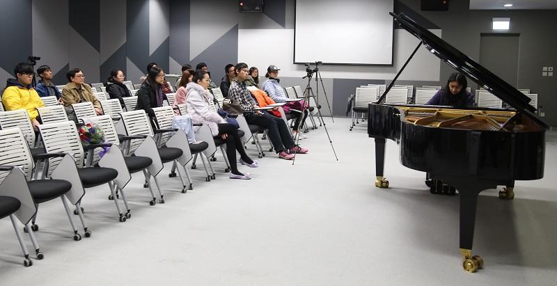 明愛白英奇專業學校「音樂研習高級文憑」課程涵蓋音樂材料與結構、音樂歷史、樂器學與配器法、曲式與分析、指揮學等各種與音樂有關的知識和技能。