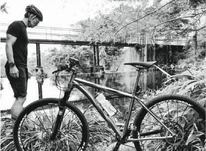 除了健身,黃德斌平時亦愛好各項戶外運動,早前他便在微博上載一張自己跟單車的合照。(黃德斌微博圖片)