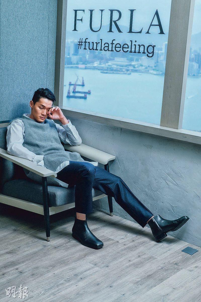 COS白色長身恤衫$990、灰色針織長身背心$990、黑色方頭皮革短靴$1500,Suitsupply深灰色絨面長褲$1499(黃志東攝)