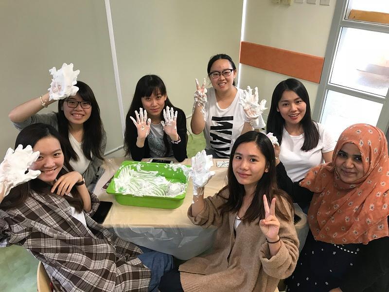 在感統遊戲的學習中,同學透過剃鬚泡沫的觸感,認識蒙特梭利教學法。(相片由 LIFE 提供)