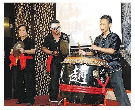 香港文化節舉行媒體簡介會介紹今屆重點節目,當中包括鼓樂比賽,圖為師傅示範獅鼓表演。(文化節提供)