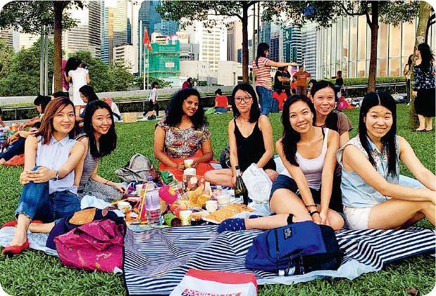職場以外——去年中秋節,籌委團隊舉辦了野餐活動,成員一同分享美食,共度佳節。(受訪者提供)