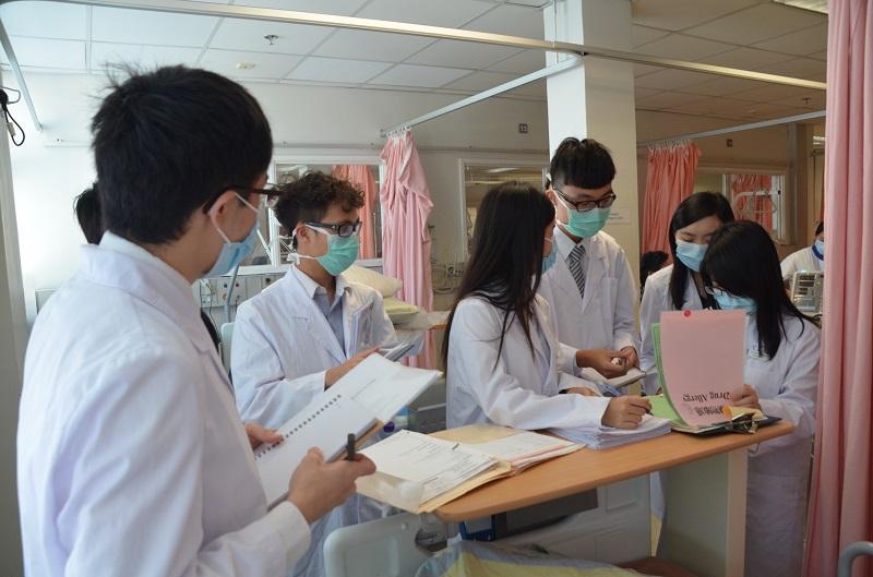 隨着醫院臨床藥劑服務的增加,藥劑師亦需走到病房,與醫生一起參與制定病人臨床治療計劃。(相片由香港大學李嘉誠醫學院提供)