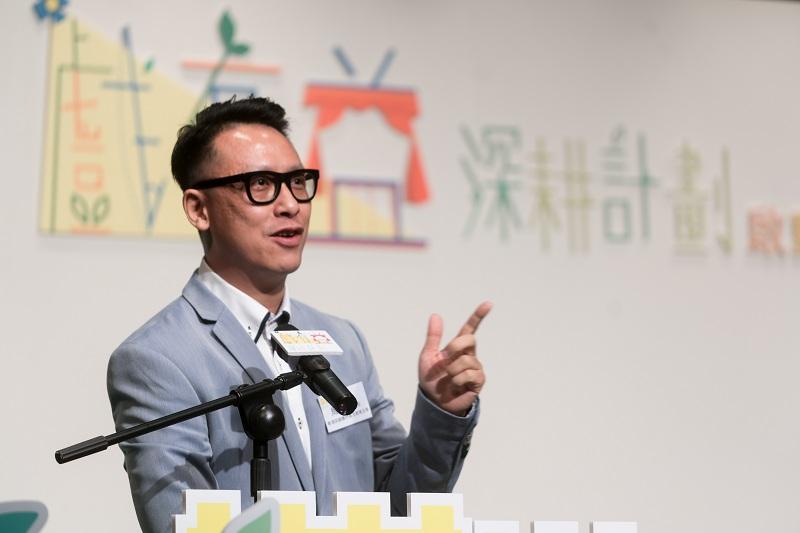 香港話劇團外展及教育主管周昭倫