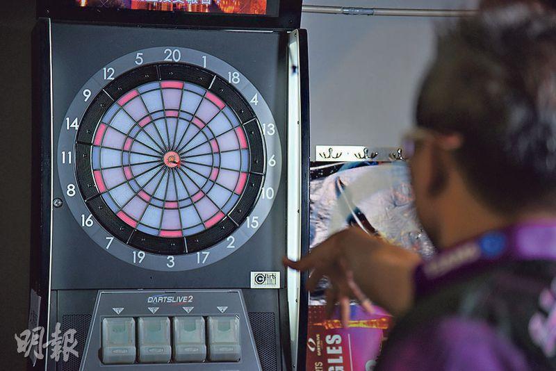 鏢靶分成二十個得分區,內外兩個窄環區域分別為三倍及雙倍分數,擲中紅心則為五十分。(黃志東攝)