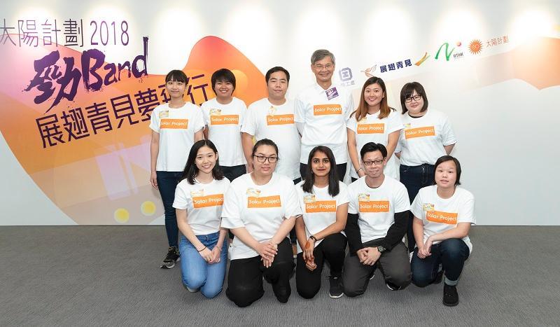 勞工及福利局局長羅致光博士(後排右三)與10名「展翅青見超新星」得獎者合照。