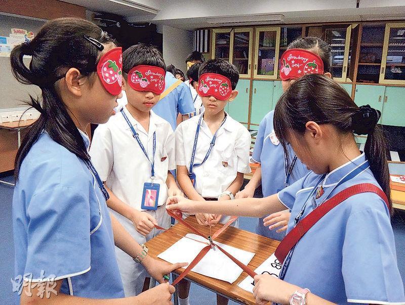 瑪利諾神父教會學校(小學部)推全校STEM創意教育,本學年更新課程,盼小六生學習初階研究。圖為該校學生在創意教育活動時,蒙眼合作完成任務。(學校提供)