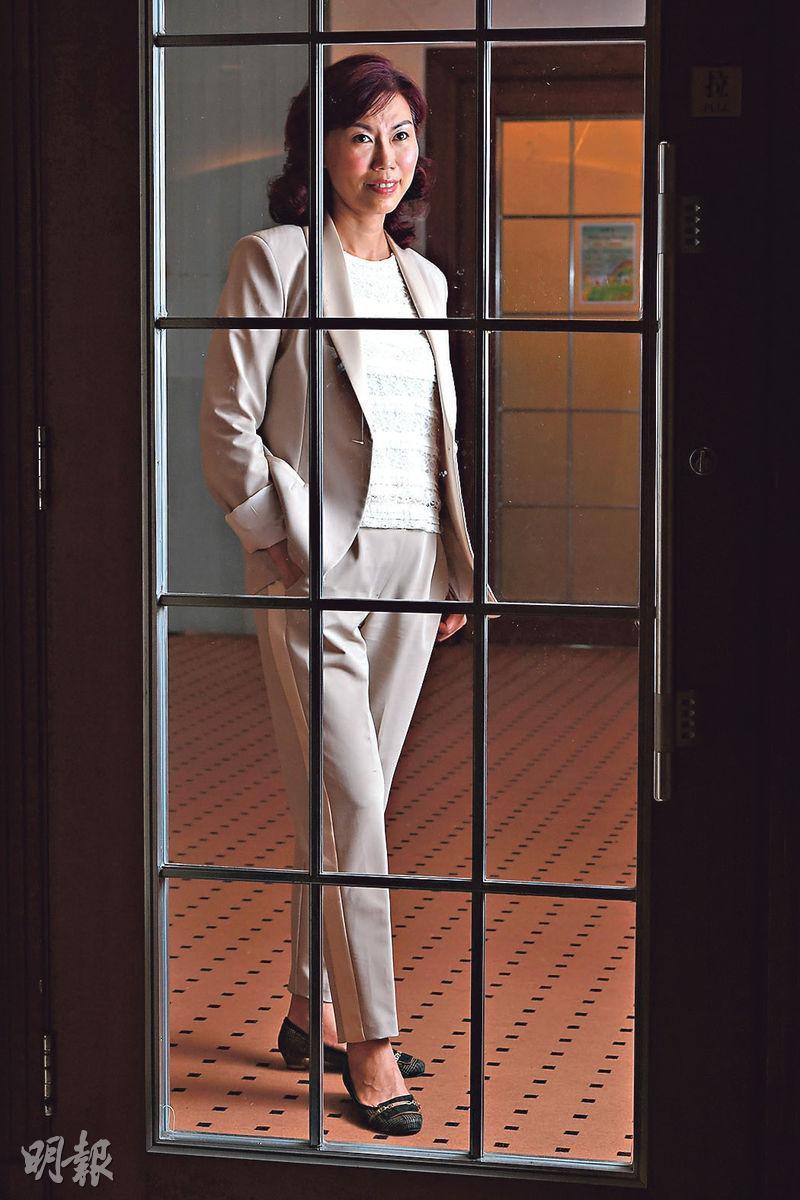 開一扇門——管理層在工作上時會出現盲點,而企業教練能夠「點醒」管理層,為他們在樽頸位開一扇門,圖為本地著名企業教練蔡綺文。(劉焌陶攝)
