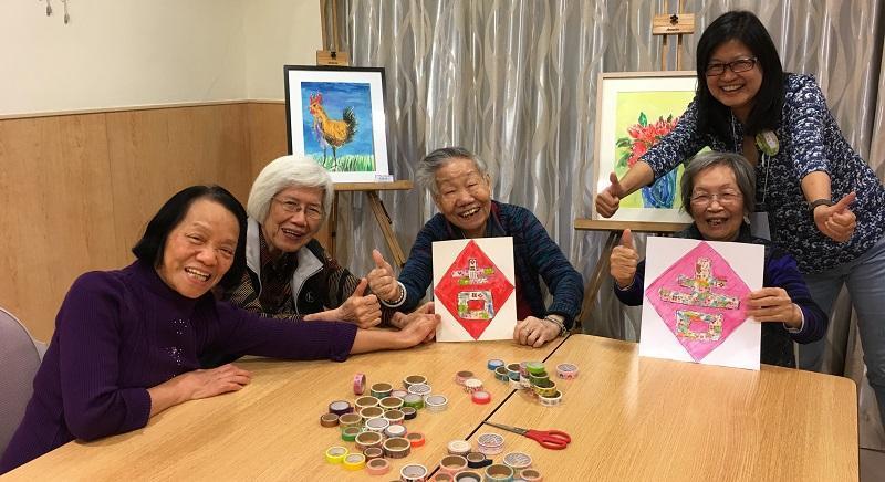伍方惠敏 (站立者) 在安老院舍積極推行多元化的藝術和運動活動,讓長者發揮創意和潛能。