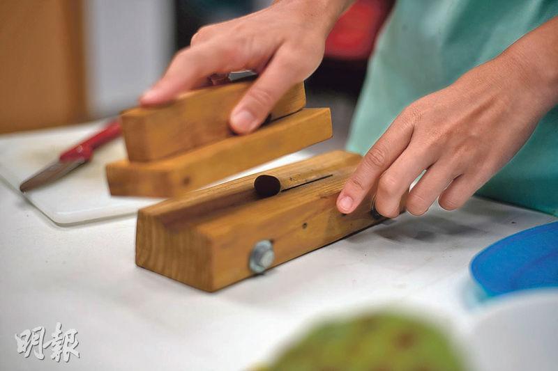 破殼工具——要割開蓮子外殼,就要用此附有刀片的木製工具。將蓮子放置於中間的溝渠內,以另一木塊壓下推動,蓮子殼即被破開。(蘇智鑫攝)