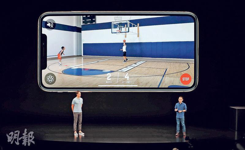 「NEX Team Inc.」聯合創始人兼行政總裁李景輝(右)在蘋果發布會上介紹最新款的籃球訓練應用程式「HomeCourt」,並獲NBA前名將拿殊(Steve Nash,左)站台。該程式利用手機鏡頭,記錄用家投球過程,追蹤投球和入球次數,圖中手機熒幕下方的「MAKE」和「ATTEMPT」分別代表入球和投球次數。(路透社)