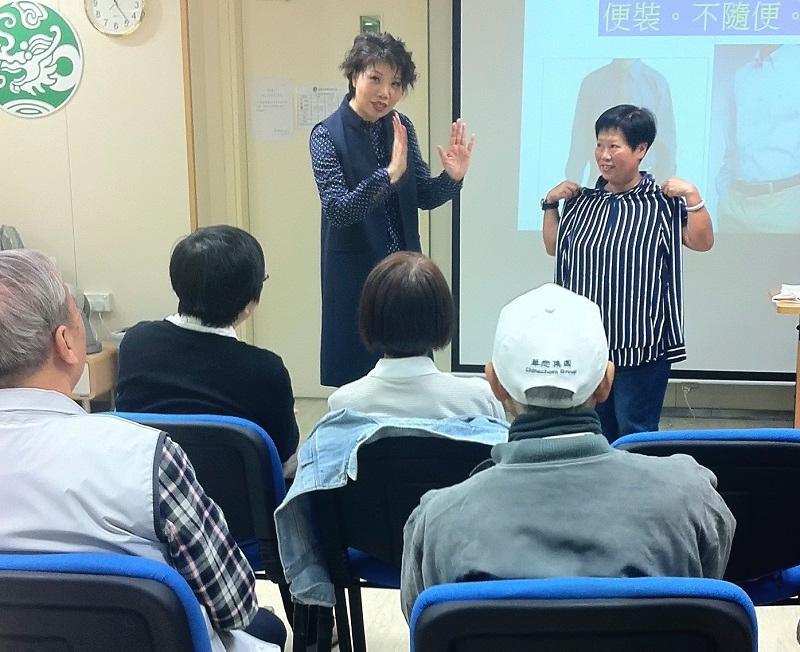 中高齡人士在求職前,可修讀一些增值課程,調整身心狀態,以及掌握求職面試、行業知識等技能,為再就業做好準備。(相片由香港耆康老人福利會提供)