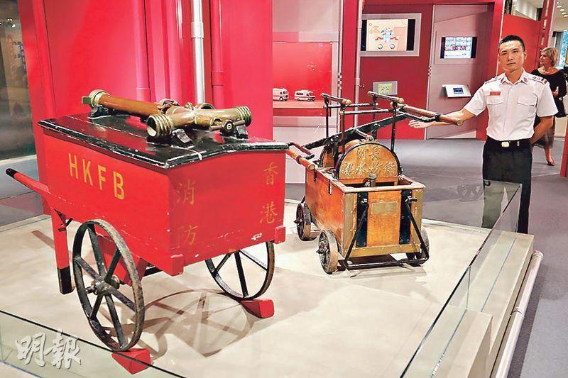 呢部早期木製嘅消防車(左),主要用嚟運送喉筆、帆布喉等工具。1950年代長洲係靠自願消防隊救火,右為當年用嘅「水龍」,即係消防手泵。(李紹昌攝)