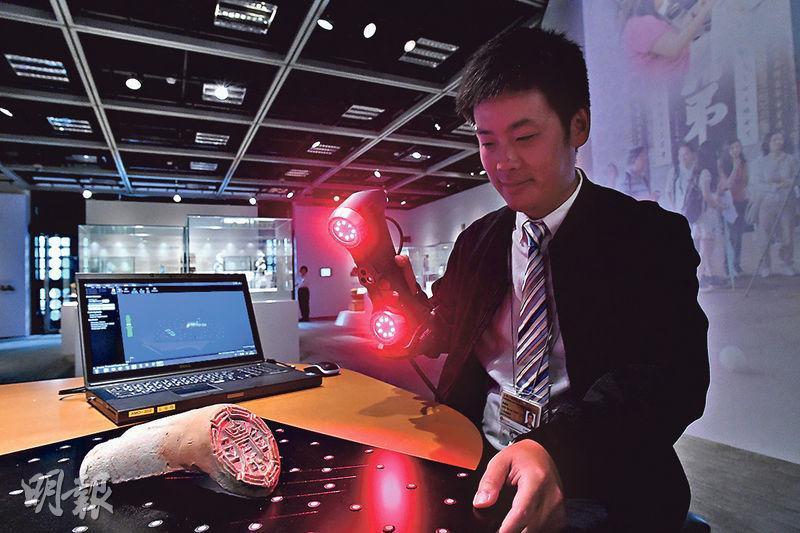 古蹟辦土地測量師(古物古蹟)景紹岐即席示範使用手提激光掃描儀,作掃描測量。(馮凱鍵攝)
