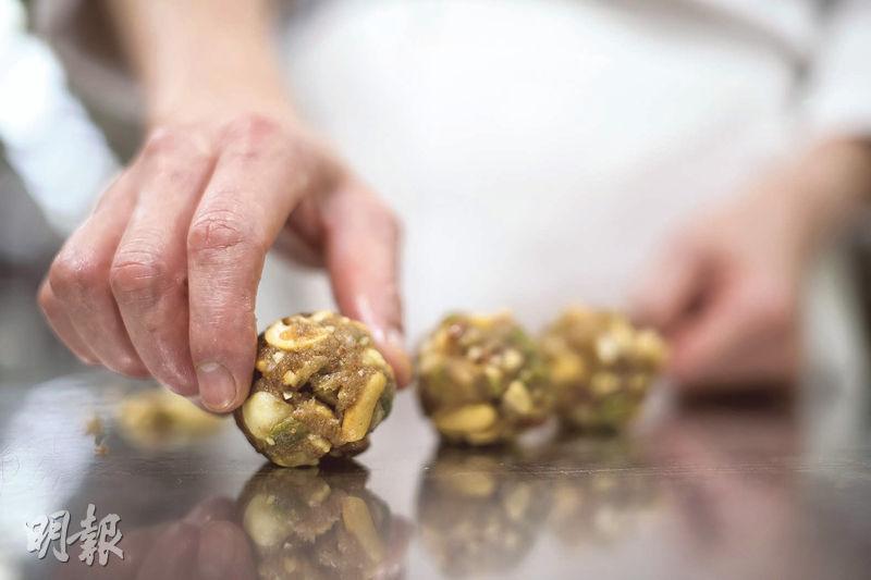 比例精準——五仁月餅餡料的比例和成分要求甚高。(蘇智鑫攝)