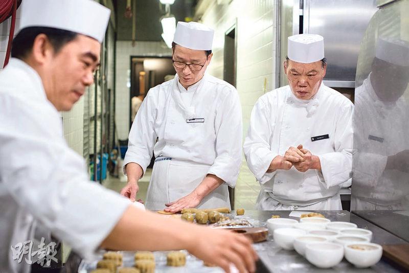 趕工炮製——欣圖軒的廚師們近日加緊做月餅,希望在中秋前將團圓的祝福送給客人。(蘇智鑫攝)