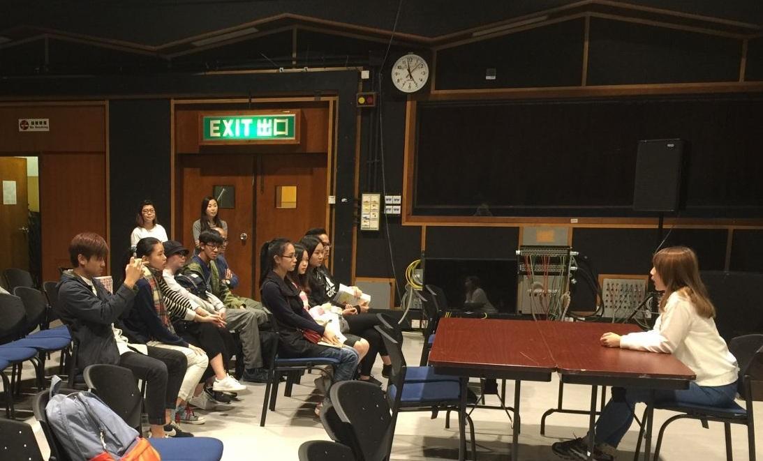 港台工作人員介紹香港公共廣播的歷史與現狀,講解電台節目從策劃到播出的製作流程,音樂節目主持人林蕙與同學現場互動,分享從初次開咪到獨立製作節目的經驗。